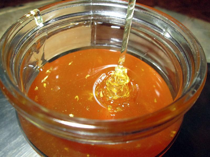 мёд стекает в банку